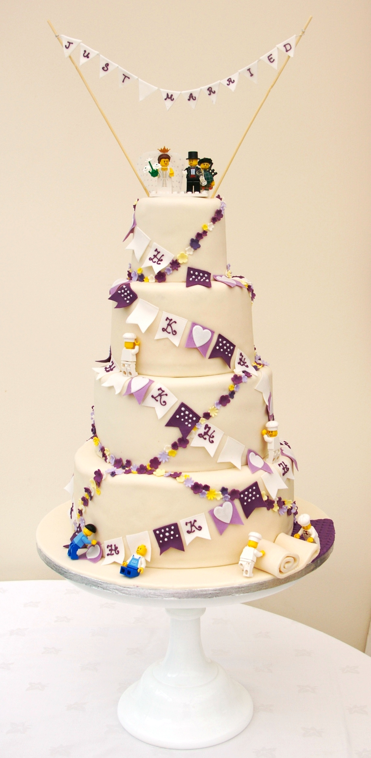 lego-bunting-and-flower-chains-cake-009